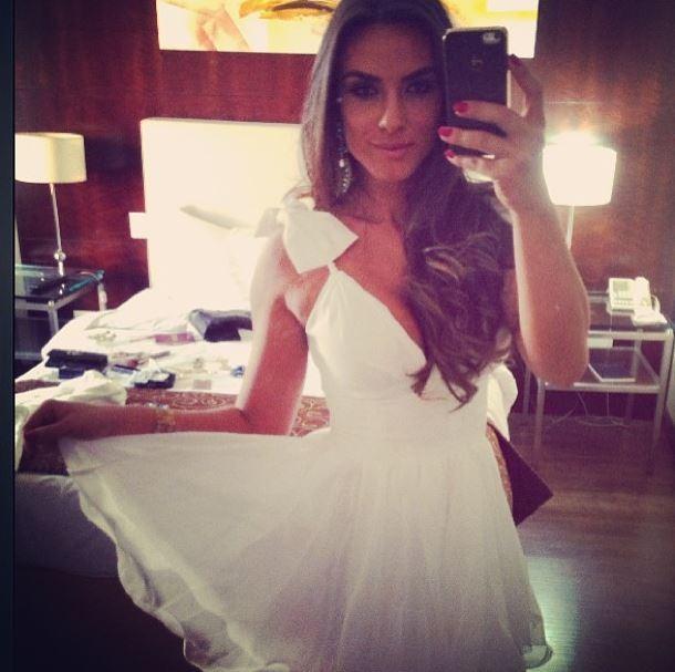 EGO - Nicole Bahls usa vestido curtinho para embarcar em
