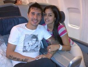 Fabbro com a namorada Larissa Riquelme  (Foto: Reprodução/Twitter)