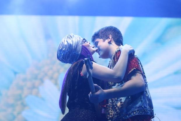 Larissa Manoela e João Guilherme se beijam em show (Foto: Daniel Pinheiro/AgNews )