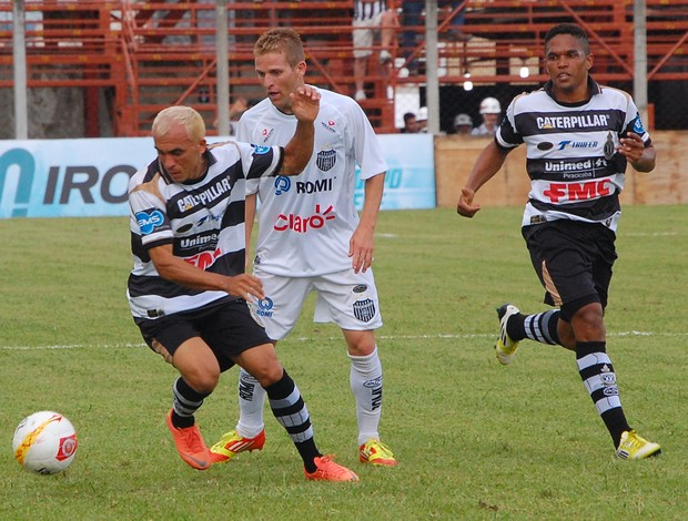 Janilson, do XV de Piracicaba, disputa bola com Willian Leandro, do União Barbarense (Foto: Cláudio Mariano / Diario SBO)