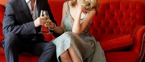Casal em sofá (imagem meramente ilustrativa)