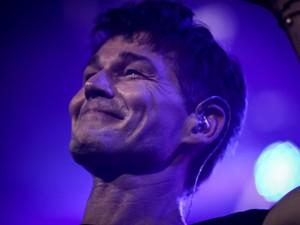 Morten Harket, vocalista do A-ha, sorri para diante da reação do público no Espaço das Américas, em São Paulo (Foto: Fábio Tito/G1)