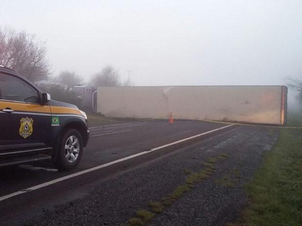 Acidente, São Gabriel, BR-290, ambulância, caminhão, morte (Foto: Divulgação/PRF)