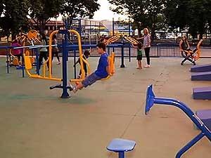 Moradores aproveitam aparelhos de ginástica (Foto: Reprodução/ TV Integração)