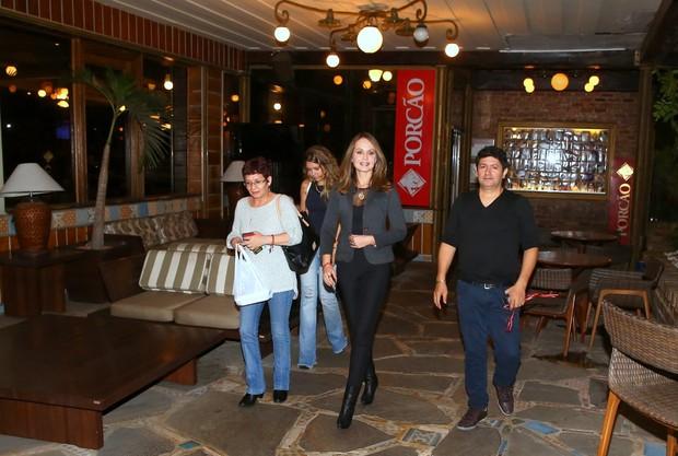 Gabriela Spanic janta com amigos no RJ (Foto: AgNews / AgNews)