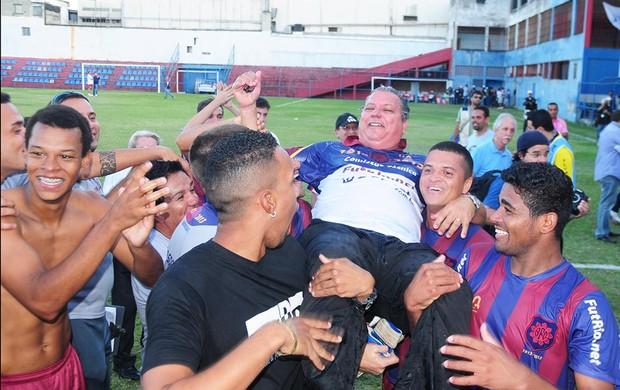 Ricardo Barreto, técnico do Bonsucesso, é carregado pelos jogadores após o acesso (Foto: Sandro Vox/FutRio.net)