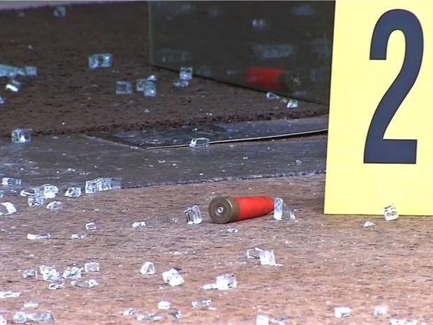 Balas ficaram no chão após tiros disparados durante assalto (Foto: Reprodução/ TVCA)