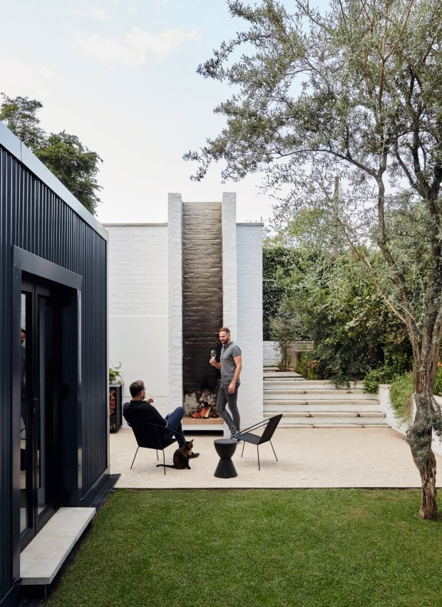 As jardineiras cilíndricas, projetadas por Nico e Christo, reforçam o vocabulário modernista implantado na casa (Foto: Greg Cox / Bureaux.CO.ZA)