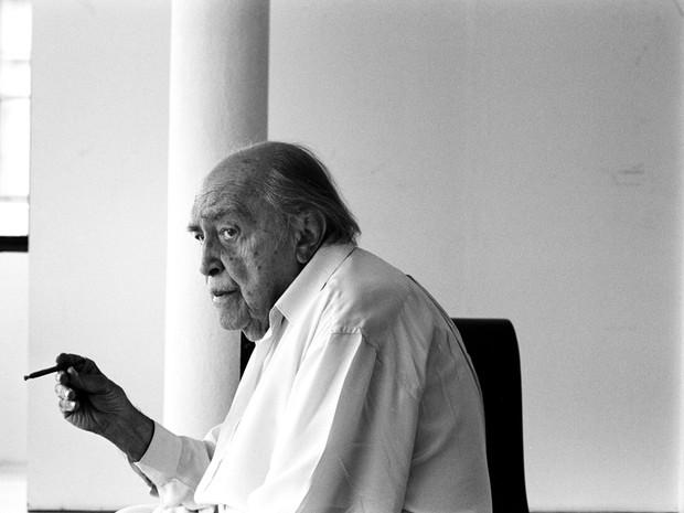 O arquiteto Oscar Niemeyer em seu escritório, no Rio de Janeiro ao completar 97 anos em dezembro de 2004. (Foto: Tuca Viera/Folhapress)