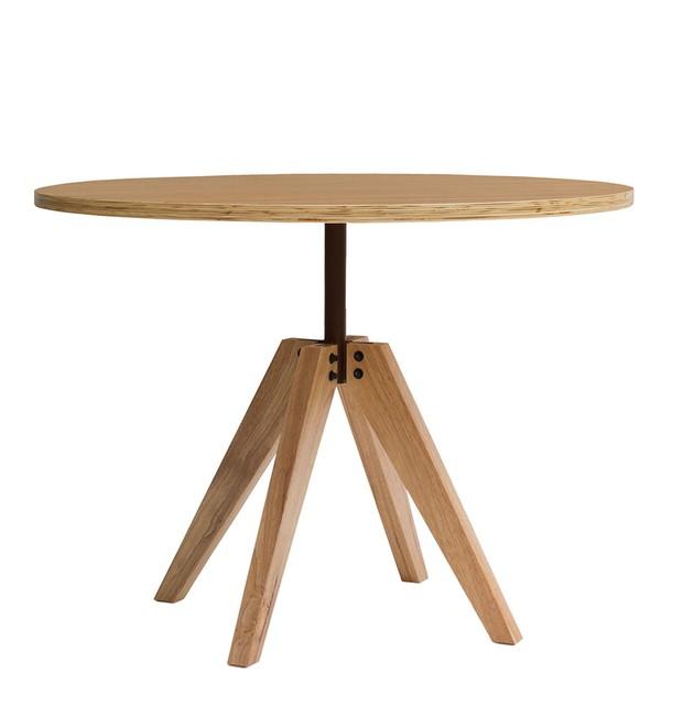 O trabalho de Fernando Jaeger será representado pela mesa Tabuleiro. Com uma base central que foge do design convencional, pois mistura a madeira clara com ferragens em aço, a peça é disponível em três versões: redonda, quadrada e retangular. A Tabuleiro  (Foto: Reprodução/Fernando Jaeger)