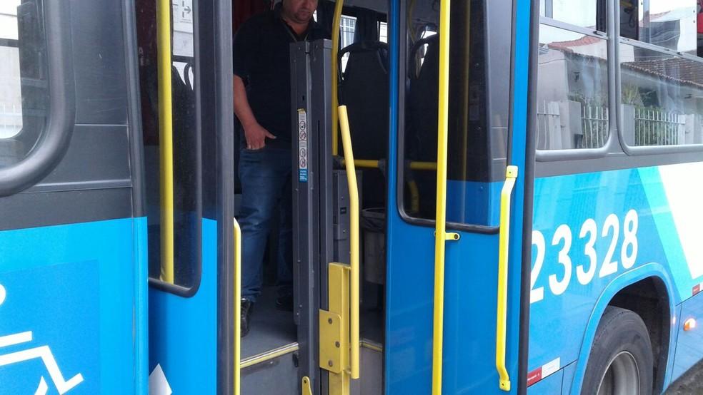 Porta traseira do ônibus se abriu com veículo em movimento  (Foto: Júlio Ettore/RBS TV)