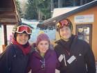Camila Queiroz e Klebber Toledo posam com fã em viagem a Bariloche