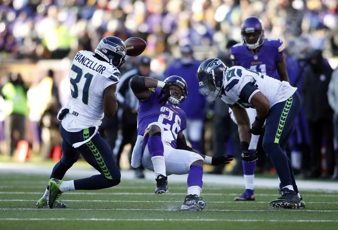 Minnesota Vikings x Seattle Seahawks - Adrian Peterson fumbles Kam Chancellor - nfl playoffs (Foto: Reuters)