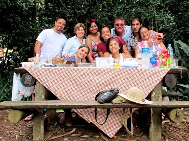 Bárbara com clientes indianos e ingleses em um piquenique; ideia é mostrar o dia a dia do destino aos estrangeiros (Foto: Bárbara Santos/Arquivo pessoal)