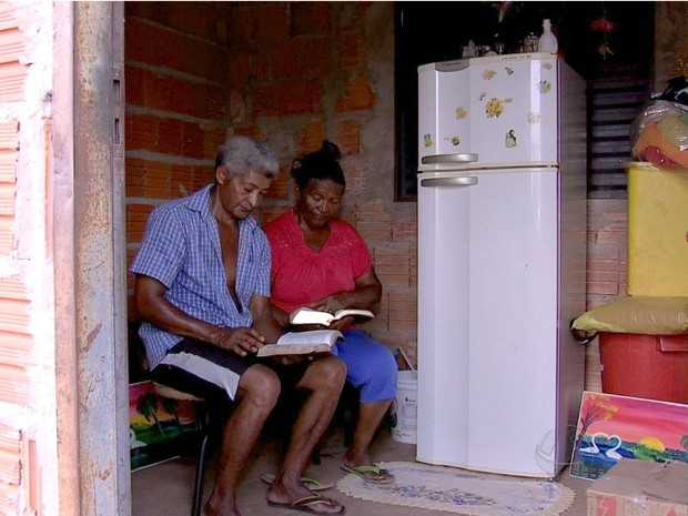 Casal está sendo alfabetizado em barracão de cooperativa (Foto: Reprodução/ TVCA)