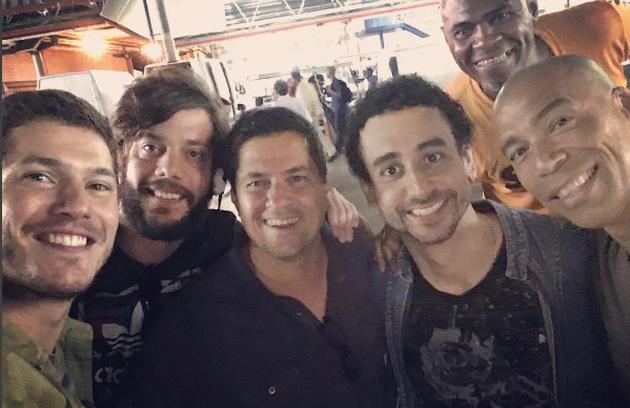 Caio Paduan e Paulo Verlings com a equipe de 'Rock story': 'O último take, a última externa, a última cena', escreveu o intérprete do vilão Alex (Foto: Reprodução Instagram)