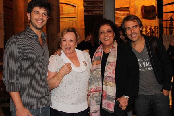 Leda Nagle, cercada pelo elenco da trama, mediou o workshop: seu filho Duda está na trama (Foto: Nathalia Fernandes / TV Globo)