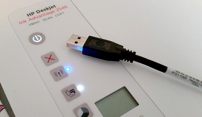 Conecte o cabo USB ou ligue o dispositivo na rede (Foto: Barbara Mannara/TechTudo)