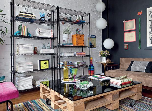 Repare na mesa feita com palete e rodízios no escritório da designer de interiores Erika Karpuk (Foto: Lufe Gomes)
