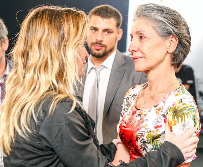 A diretora de núcleo Amora Mautner conversa com Cassia (Foto: Ellen Soares/Gshow)