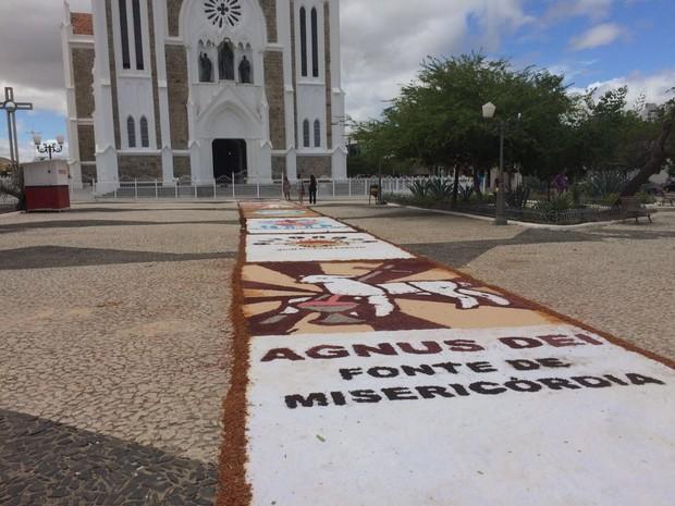 Tapete começou a ser montado na porta da Igreja Catedral, em Petrolina (Foto: Paulo Ricardo Sobral/ TV Grande Rio)