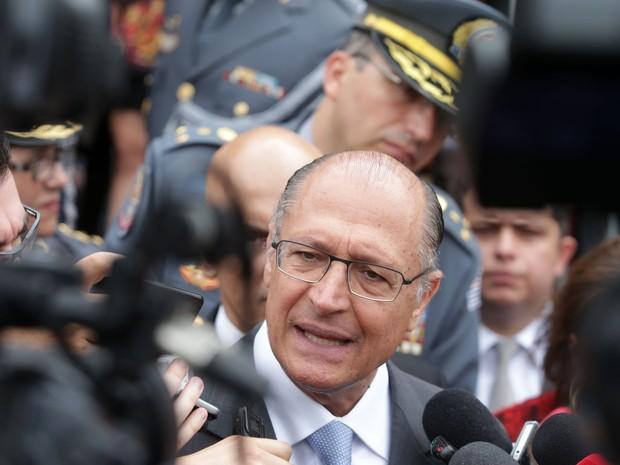 O Governador, Geraldo Alckmin, concede entrevista após a cerimônia de posse do novo comandante da Polícia Militar do Estado de São Paulo, Ricardo Gambaroni, na Academia Militar do Barro Branco, na zona norte da capital paulista, nesta quarta-feira (Foto: Nilton Fukuta/Estadão Conteúdo)