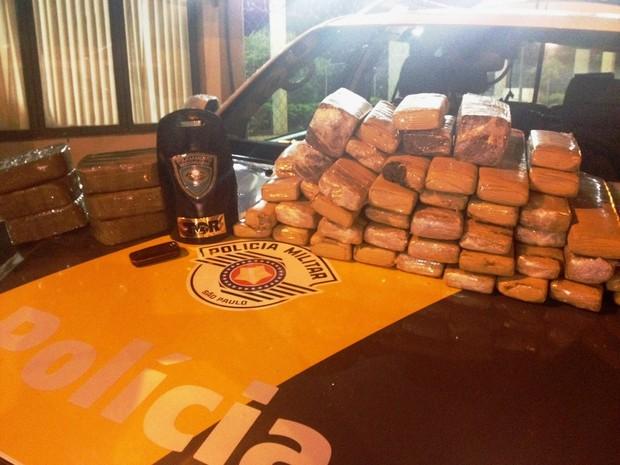 Tijolos de maconha e pasta base de cocaína estavam em mala dentro de ônibus (Foto: Polícia Rodoviária/Divulgação)