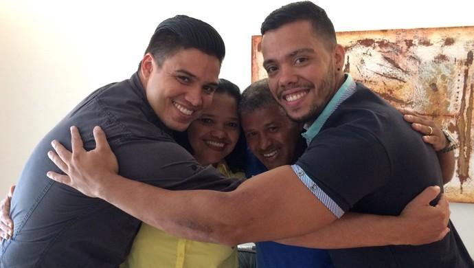 Mãe, padrasto e irmãos de Wendell Lira, Goiânia, Goiás (Foto: Paula Resende/ GE)