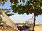 Isis Valverde relaxa de biquíni na rede em praia de Jericoacoara