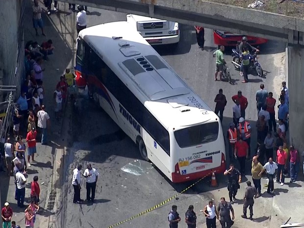 Acidente na Avenida Brasil deixou um morto (Foto: Reprodução/TV Globo)