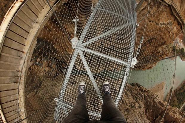 Caminho fica em desfiladeiro a 100 metros de altura (Foto: Jon Nazca/Reuters)