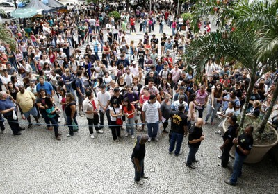 Estudantes  na entrada da Universidade do Estado do Rio de Janeiro (Uerj), um dos locais de prova do Enem, no Rio de Janeiro (Foto: Marcos Tristão/Agência O Globo)