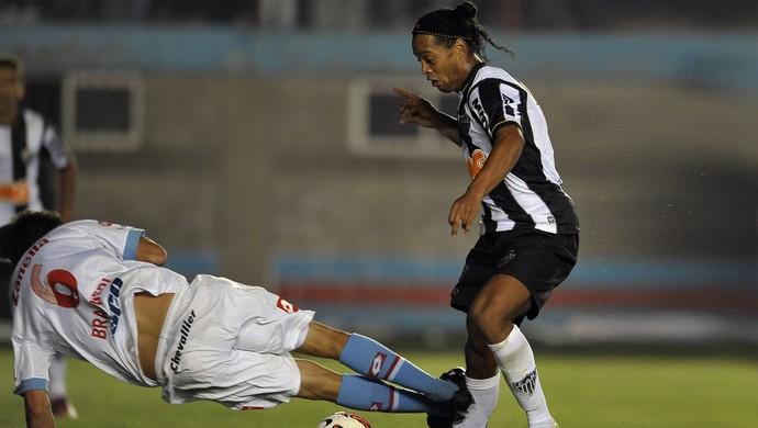 ronaldinho gaucho entrada violenta (Foto: Juani Joncorini/Brazil Photo Press/Agência Estado)