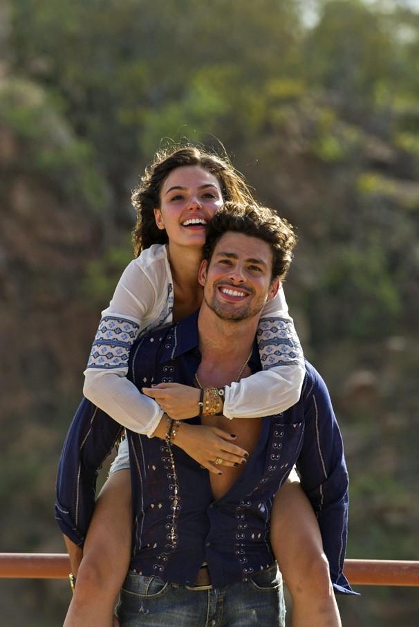 Felizes da vida, Leandro (Cauã Reymond) e Antônia (Isis Valverde) vivem romance em cena de Amores Roubados (Foto: Estevam Avellar/Globo)
