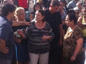 Odete Barbosa da Cunha, mãe do copiloto, observa o caixão antes do enterro. (Foto: Diego Souza/G1)