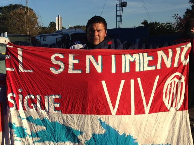 Carlitos Fortunato, de Santa Fe, disse que brasileiros soltaram fogos ao lado do acampamento de madrugada (Foto: Ana Carolina Moreno/G1)