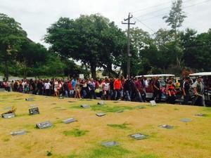 Cerca de 300 pessoas foram ao enterro de Marcello Tijolo, vice-presidente do Salgueiro (Foto: Alba Valéria Mendonça/ G1)