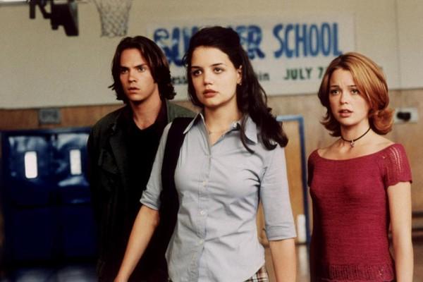 A atriz Marisa Coughlan com Katie Holmes em cena de Tentação Fatal (1999) (Foto: Reprodução)