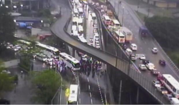 Protesto complica o trânsito no Centro de Porto Alegre (Foto: Reprodução/RBS TV)