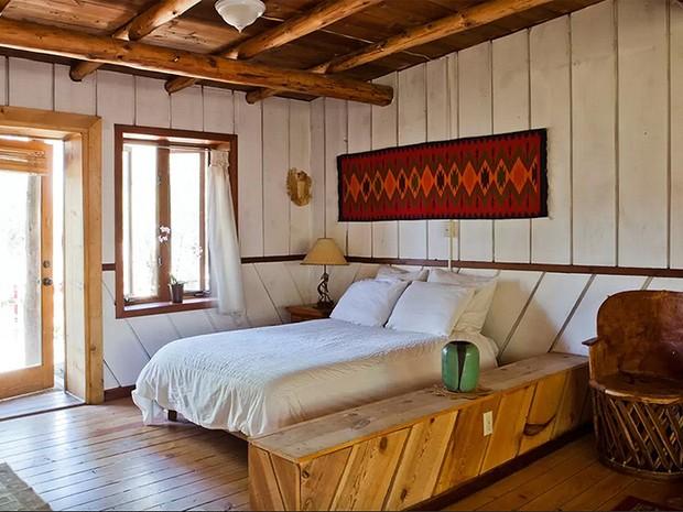 """Cabine de um dormitório em San Cristobal, no México, onde o escritor Aldous Huxley teria escrito """"Despertar de um Mundo Novo"""" (Foto: Reprodução/Airbnb)"""