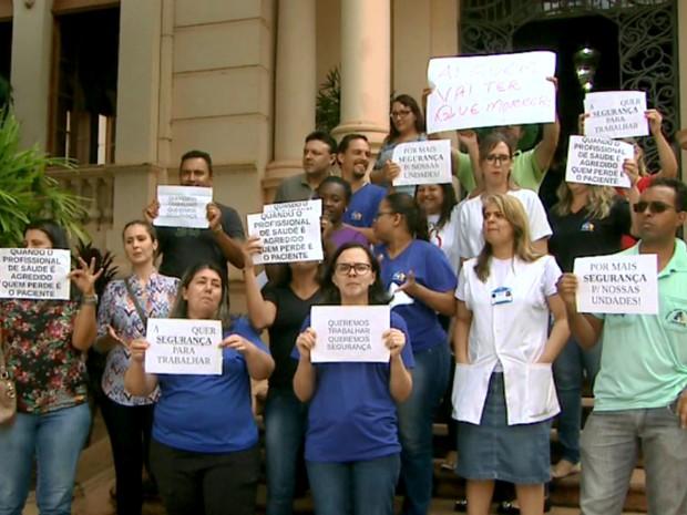 Funcionários de saúde paralisam serviço e protestam por mais segurança nos postos, em Ribeirão Preto (Foto: Paulo Souza/EPTV)