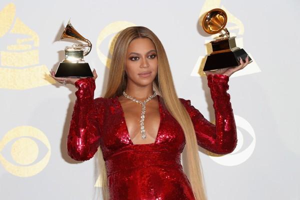 Beyoncé posa com seus dois prêmios no Grammy (Foto: Getty Images)