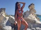 De biquíni, Gracyanne Barbosa exibe músculos em praia paradisíaca