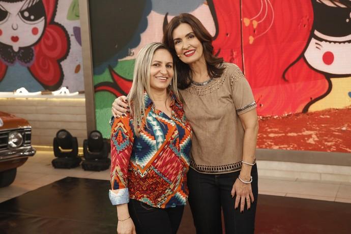 A apresentadora tira foto depois do programa com os convidados do dia  (Foto: Raphael Dias/Gshow)