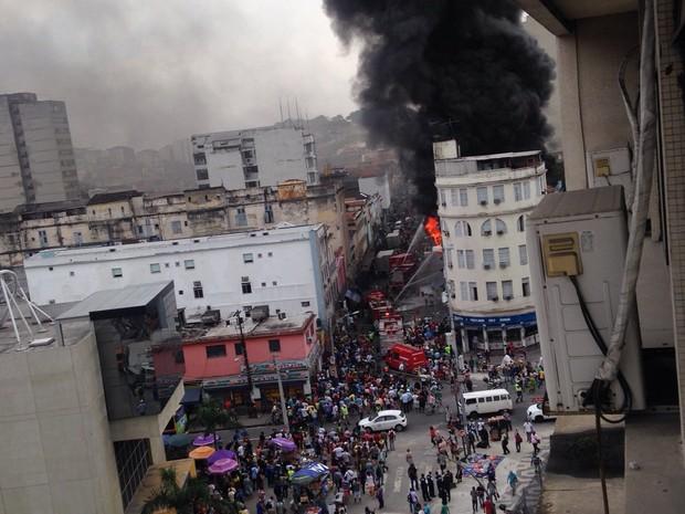 Bombeiros combatiam o fogo por volta das 11h50 (Foto: Matheus Lauriano/ Arquivo Pessoal)