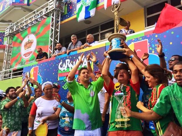 Presidente Moacyr Gomes levanta a taça de campeã do Carnaval 2015 de Florianópolis (Foto: Leandro Boeira/ Divulgação)