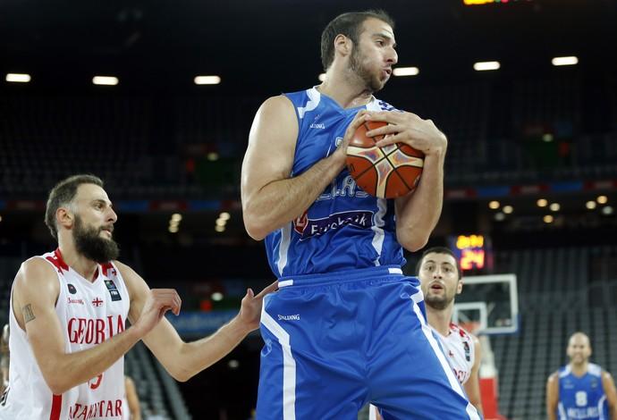 Kostas Koufos protege a bola na campanha da Grécia no Europeu (Foto: AP Photo/Darko Bandic)