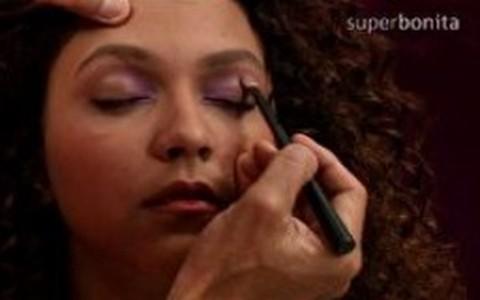 Torquatto ensina maquiagem em tons de violeta e dourado para pele morena