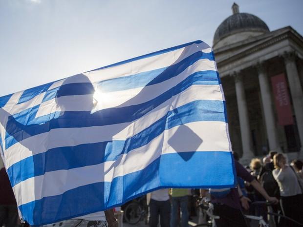 Manifestantes reúnem-se em frente ao BC Europeu em favor da Grécia, em Londres, nesta segunda-feira (29) (Foto: Reuters/Neil Hall)