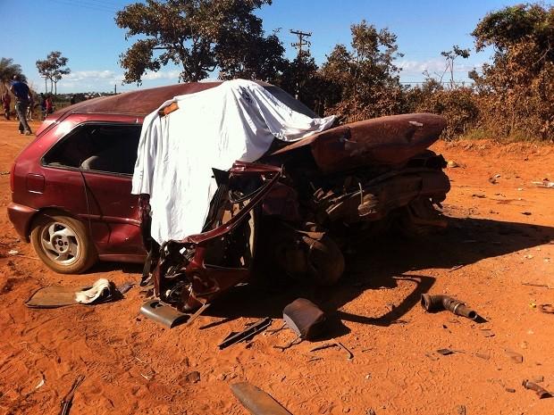 Um dos carros envolvidos em acidente em estrada rural de Sobradinho, no DF (Foto: Gabriel Luiz/G1)